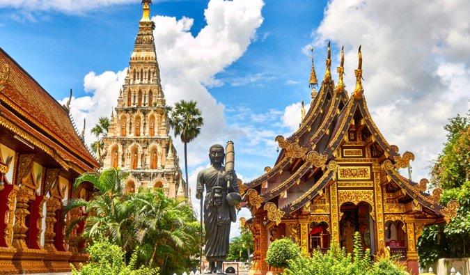 Un immense temple bouddhiste en Thaïlande