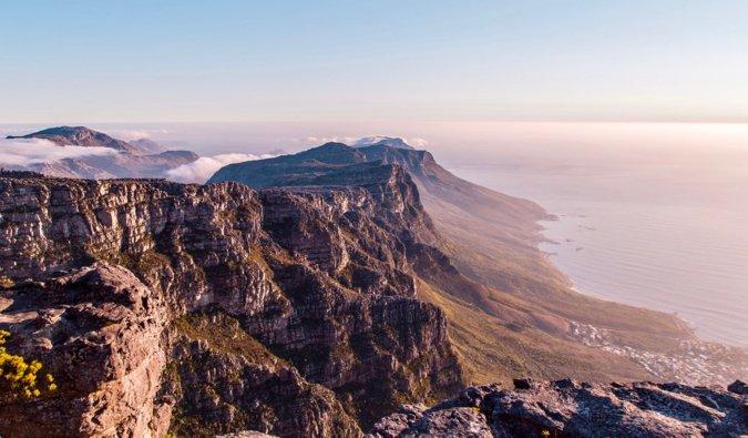 Montagne de la table au Cap pendant un coucher de soleil coloré