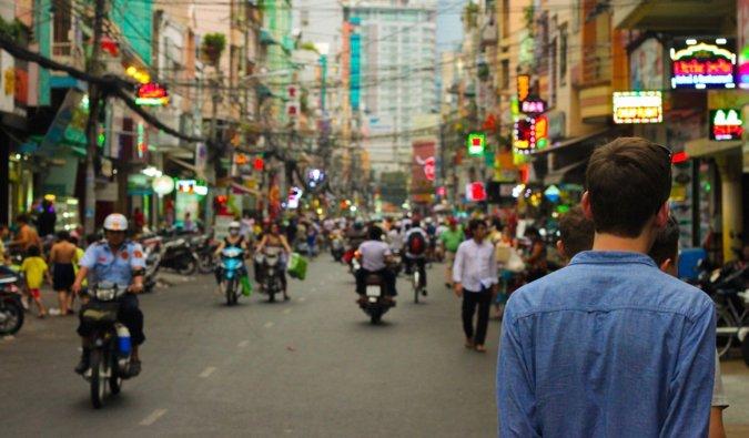 Un voyageur masculin en sac à dos en Asie du Sud-Est