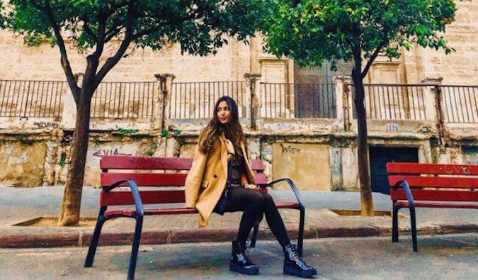 Natasha, une voyageuse solo et professeur d'anglais en Espagne assise sur un banc
