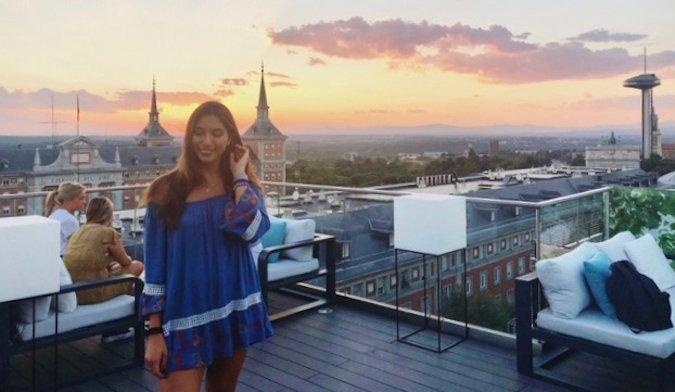 Natasha, une voyageuse solo et professeur d'anglais posant au coucher du soleil