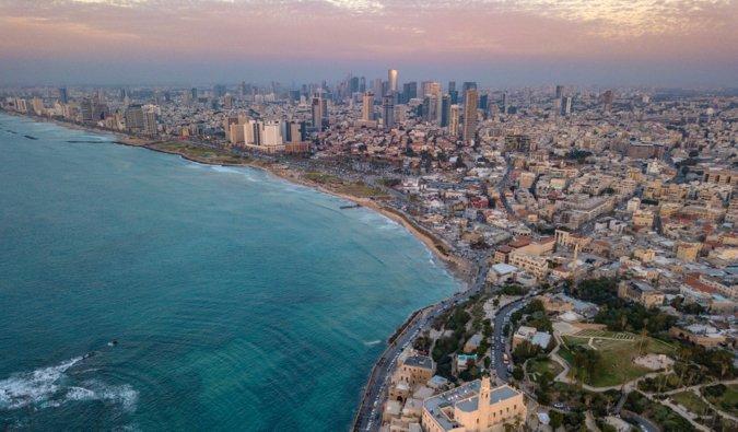 Une vue aérienne de Tel Aviv en Israël pendant un coucher de soleil coloré